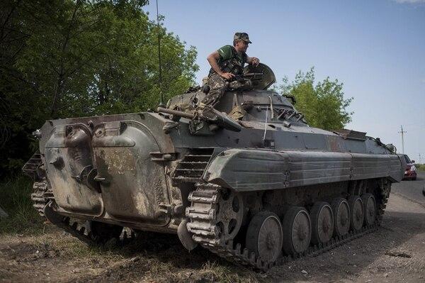 En la gráfica se muestra a soldados ucranianos en un campamento temporal cerca de un punto de control en Mariupol (Ucrania).