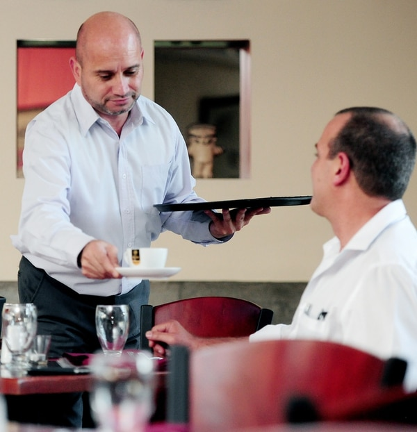 Jorge Figueroa (sentado), de la Cámara de Restaurantes, compartió ayer un café con Juan Antonio Varela. | JOHN DURÁN.