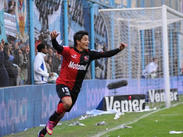 Milton Casco celebra el gol que anotó el domingo para Newell's frente a Atlético Rafaela.