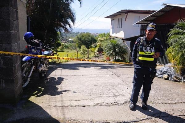 Policías custodiaban la escena del crimen en Rincón de Arias, Grecia. Fotografía: Albert Marín