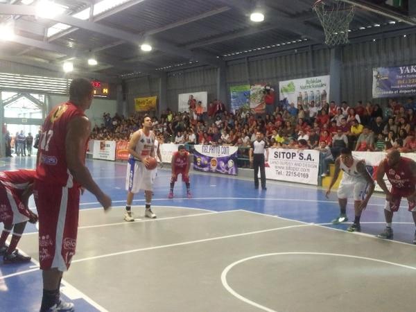Escazú ganó el segundo juego de la final del Torneo de Clausura del baloncesto nacional, gracias a un tiro libre en los últimos segundos. | ESTEBAN OCONITRILLO PARA LN