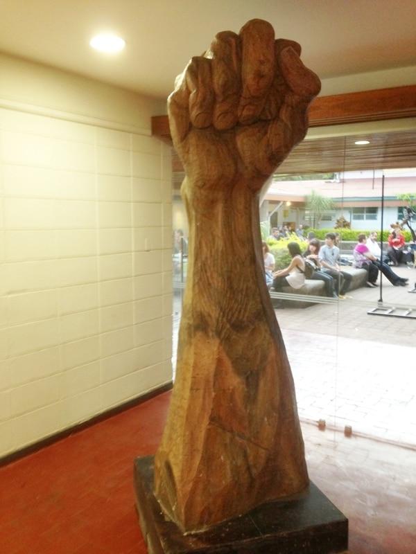 ¡Yo protesto! , talla en madera de cenízaro de Néstor Zeledón.
