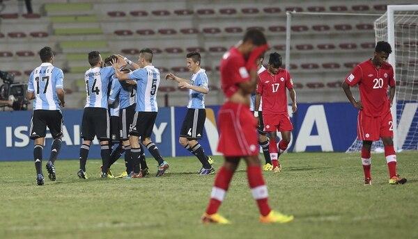 Los jugadores de la selección sub 17 de Argentina celebran un tanto ante Canadá durante el partido del grupo E del Mundial sub 17 de Emiratos Árabes Unidos.
