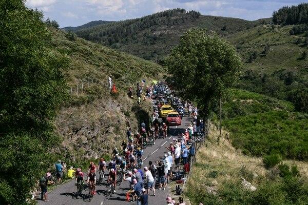 La multitud de aficionados cerca de los ciclistas es una de las características de las grandes carreras de ciclismo como el Tour de Francia. Foto: Philipe López, AFP