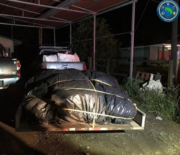 El martes los oficiales de la Policía hallaron abandonado este pick up con un cargamento valorado en ¢26 millones. Foto: MSP