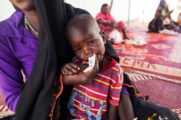 Un niño desnutrido se alimenta en un campo de refugiados en Sudán, país del África subsahariana. | AP.