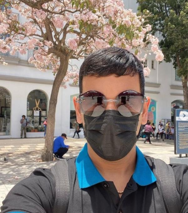El cantante puertorriqueño, Tito el Bambino, no dejó pasar la oportunidad de hacerse un selfie en plena Plaza de la Cultura, en San José. Foto: Instagram