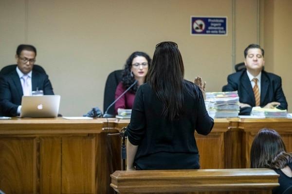 Ivannia Vallejo fue la primera en dar testimonio ante los jueces Guillermo Ampié (izquierda), Maureen Sancho y Guillermo Arce. Foto: José Cordero