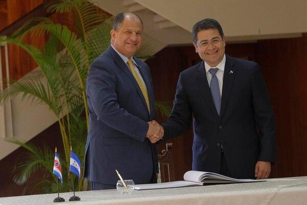 Luis Guillermo Solís y el presidente de Honduras, Juan Orlando Hernández (der.) tuvieron una reunión de trabajo en Casa Presidencial durante la mañana de este martes.