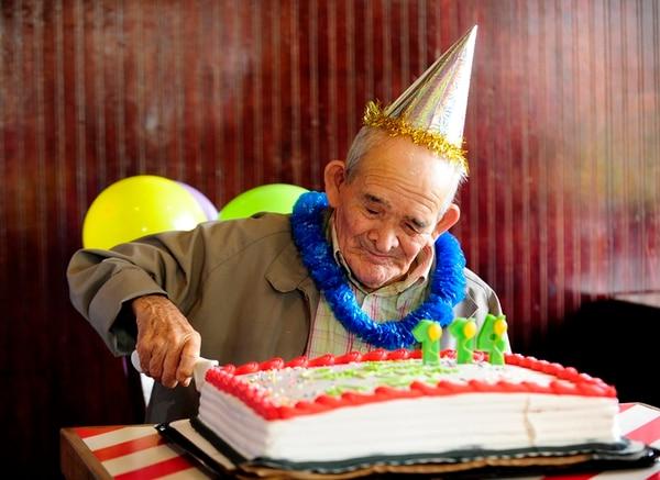 1 k Chepito celebró su cumpleaños en el restaurante Friday's, en Escazú. Allí partió su queque, bailó y comió a más no poder. 2 k Durante la entrevista, el tico más longevo del país no dejaba de tocarse sus manos. 3 k A pesar de ser un hombre de pocas palabras, Chepito no deja de sonreír tras finalizar sus cortas respuestas.   JORGE ARCE