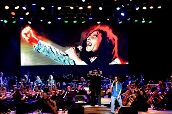 El reggae de Bob Marley también ha sido protagonista en diferentes montajes de la Filarmónica. Songs of Freedom fue el recital en el cual participó el cantante Esteban Chavarría de Un Rojo, en el 2016. Foto: Melissa Fernández.