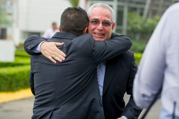 Rodolfo Villalobos y Rafael Vargas se abrazan, en festejo de la elección del primero como presidente de la Fedefútbol, el 20 de agosto del 2015, en sustitución de Eduardo Li. Foto: LUIS NAVARRO