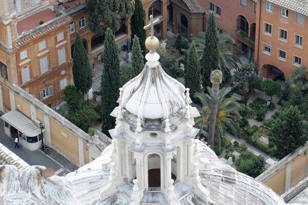 Imagen el martes del cementerio del Pontificio Colegio Teutónico dentro del Vaticano. Dos tumbas en ese cementerio se abrieron para investigar el caso de una joven desparecida en 1983 pero estaban vacías. Luego se hallaron dos osarios bajo un pozo en otro sitio que ahora son objeto de investigación forense. Imagen / Agencia AP.