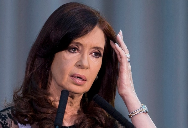 La presidenta argentina, Cristina Fernández, saludó ayer a sus simpatizantes en una actividad en la sede del gobierno en Buenos Aires. | AP