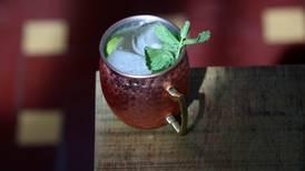 Cómo preparar un 'moscow mule' con vodka ruso y el calor tico