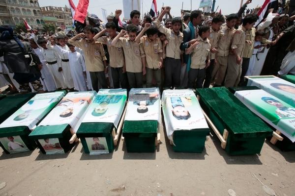 Yemeníes participaban el 13 de agosto del 2018 en el funeral de víctimas de un ataque aéreo saudí en la ciudad de Saada.
