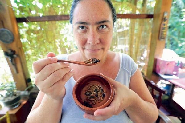 Gabriela Soto realiza también un tour del insecto en el que explica a grupos de personas contenido informativo y muestra su propia granja.