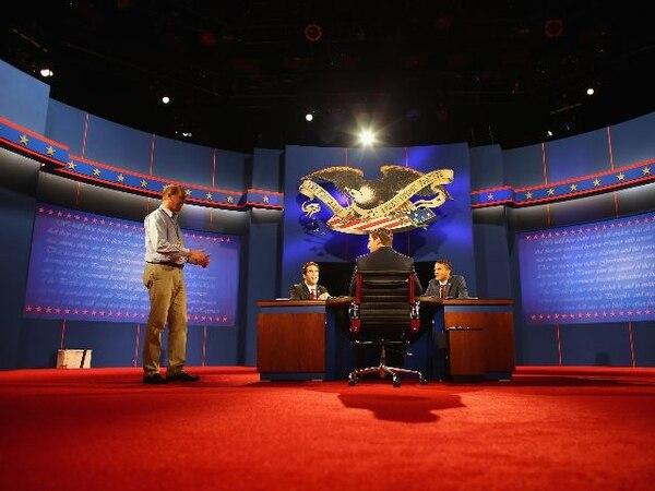 Parte de los preparativos realizados ayer en la Universidad de Lynn en Boca Raton (Florida) para el debate de esta noche. | AFP.