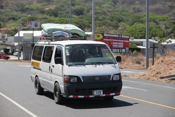 Los carros de vacacionistas regresaban a San José este sábado cargados con maletas, hieleras y colchones. Foto Jeffrey Zamora