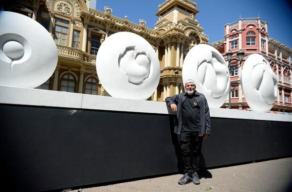 Para del montaje de la exposición Jiménez Deredia en San José: La Universalidad de la Esfera. La Nación / Foto de Diana Méndez.
