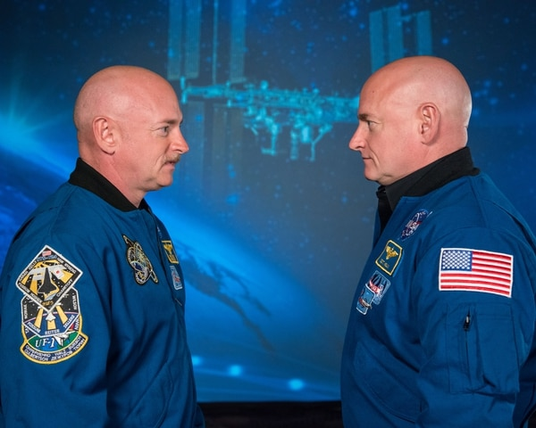 Los hermanos Scott y Mark Kelly, son astronautas y gemelos idénticos. Mientras que uno de ellos pasó casi un año en la Estación Espacial Internacional, el otro se quedó en la Tierra. Eso permitió a los científicos monitorearlos y ver cómo sus cuerpos se comportaban de manera diferente. Foto Archivo LN