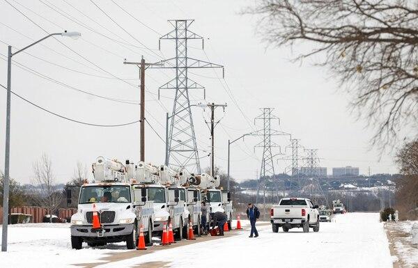 16 de febrero de 2021. Camiones con equipos para arreglar averías eléctricas desfilan por Fort Worth, cerca de Dallas, Texas. Foto: AFP