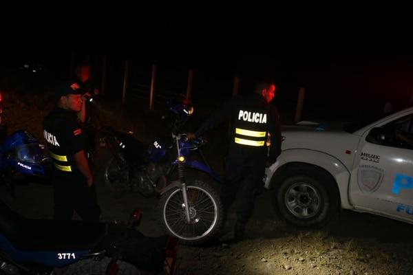 Oficiales de la Fuerza Pública mantienen un amplio operativo por el distrito de Cariari, Pococí para tratar de dar con los homicidas. Foto suministrada por Reiner Montero