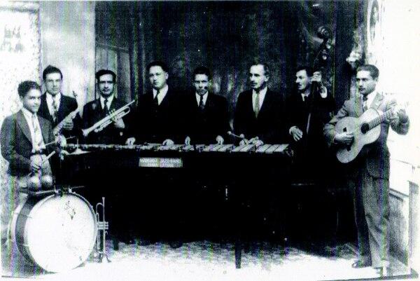 Jazz Band Alma Latina. Gerardo Jiménez es el quinto de izquierda a derecha. La foto data de mediados de los años 40. Marimba orquesta