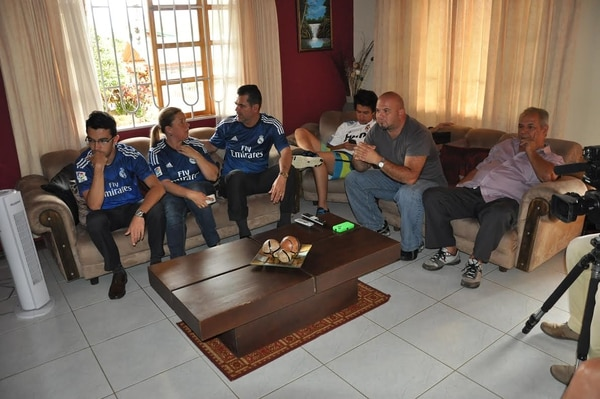 Familiares de Keylor Navas, entre ellos su mamá Sandra Gamboa (segunda de izq. a der.) vieron el partido del guardameta.