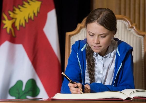 La activista climática sueca firmó el Libro de Oro de Montreal durante una ceremonia en Toronto, el viernes 27 de setiembre de 2019. Fotografía: AP