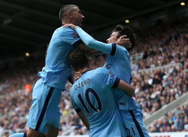 David Silva (der.) celebra su anotación junto a Aleksandar Kolarov (izq.) y Edin Dzeko (centro) en el debut del Manchester City.