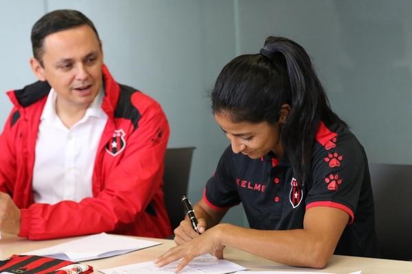 Shirley Cruz es la primera mujer con un contrato profesional en el fútbol tico. Foto: Rubén Murillo/ Prensa Alajuelense.