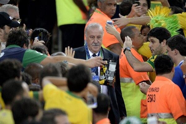 Con la tranquilidad que le caracteriza, Vicente del Bosque pasó entre la masa de aficionados brasileños para recoger la medalla de subcampeón de la Copa Confederaciones. | AFP