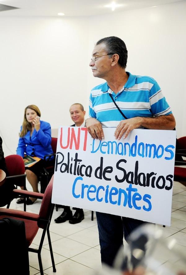La Unión Nacional de Trabajadores (UNT) exigió un cambio en la política de salarios. En la foto, el dirigente Édgar Morales. | MARCELA BERTOZZI.