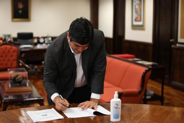 Este sábado 21 de marzo, el presidente de la República, Carlos Alvarado firmó la ley para reducir las jornadas de trabajo. Dicha medida es parte de las propuestas del Gobierno para afrontar la situación negativa del nuevo coronavirus. Foto: Cortesía Presidencia.