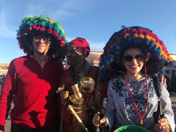 Paula Marcel Villegas Morera y su esposo Abdelilah Bouasria en la Plaza Jamal Fna en Marrakech, Marruecos.