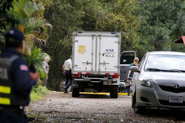 Agentes judiciales levantaron el cuerpo de Flor de María luego de hacer las diligencias necesarias en su vivienda. Foto: Albert Marín