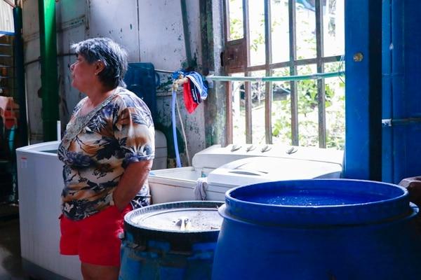 Flor María Salazar Chinchilla, vecina de Alajuelita, almacena agua en estañones para paliar los efectos del racionamiento. Fotografia fines ilustrativos: Lilliam Arce / Archivo.