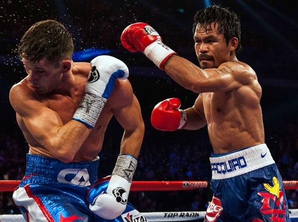 Manny Pacquiao lanza un golpe certero al rostro del estadounidense Chris Algieri.