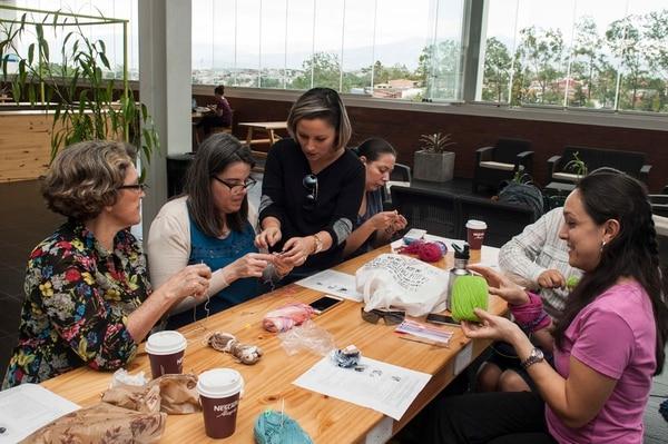Leda Ureña, Carla Peters, Mariana Vaglio, Cinthia Chacón y Jessica Chaves (de izquierda a derecha) se reunieron, el sábado 8 de abril, en Combai Mercado Urbano a confeccionar pulpos para bebés prematuros.