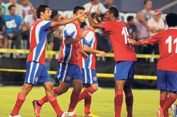 Celso Borges celebra su segundo gol del juego con Junior Díaz, quein lo asistió. | LISTÍN DIARIO (REP. DOMINICANA) P/ LA NACIÓN