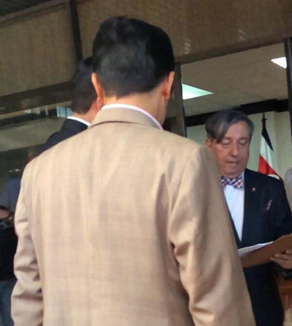 Álvaro Burgos, magistrado de la Sala Tercera (de frente), lee la orden de allanamiento al presidente Carlos Alvarado (izquierda, de espaldas) y a su abogado, Róger Guevara. Foto: Cortesía.