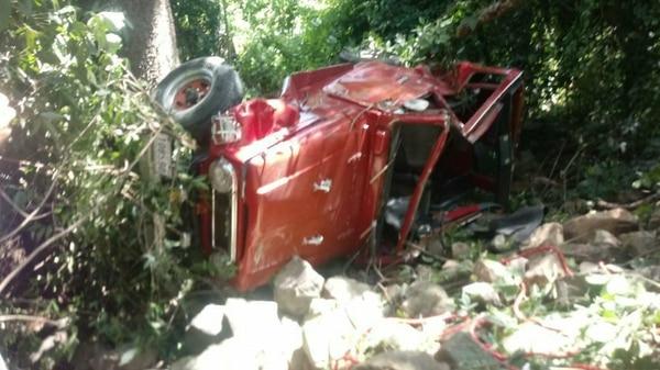 El vehículo cayó en un precipicio de aproximadamente 15 metros. Foto: Cortesía de Wilberth Hernández