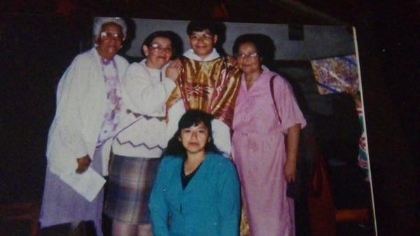 Vilma Curling, de vestido rosa, lideró varias acciones en beneficio de las internas de El Buen Pastor, y alineó el grupo que trabaja hoy en el penal. Fotografía: Cortesía Nuria Chinchilla.