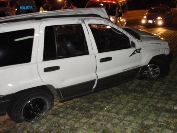 En el carro viajaban cinco personas, una falleció, dos se fueron del lugar y dos explicaron a los socorristas lo sucedido.