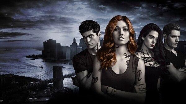 Fotos: Netflix Shadowhunters. Netflix La vida de la típica adolescente Clary Fray da un vuelco cuando se entera de que es parte de una raza de humanos cazademonios con sangre de ángeles.