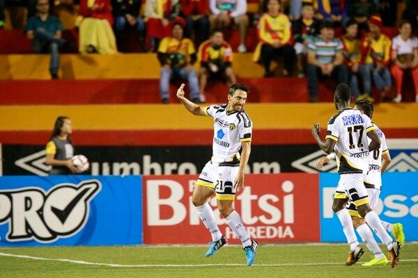 Rándall Azofeifa celebró un gol que le marcó a Herediano en el Invierno 2014 de tiro libre desde fuera del área. Para este Verano 2015 el futbolista sudará la camiseta rojiamarilla. | RAFAEL PACHECO