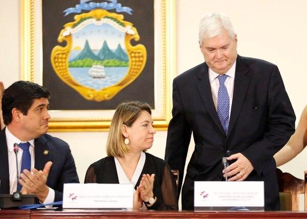 El canciller Manuel Ventura junto al presidente Carlos Alvarado y la primera dama, Claudia Dobles. Foto: Albert Marín.
