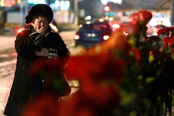 Una mujer llora en las afueras de la estación de trenes de Volgogrado, lugar de uno de los ataques suicidas. | AP.