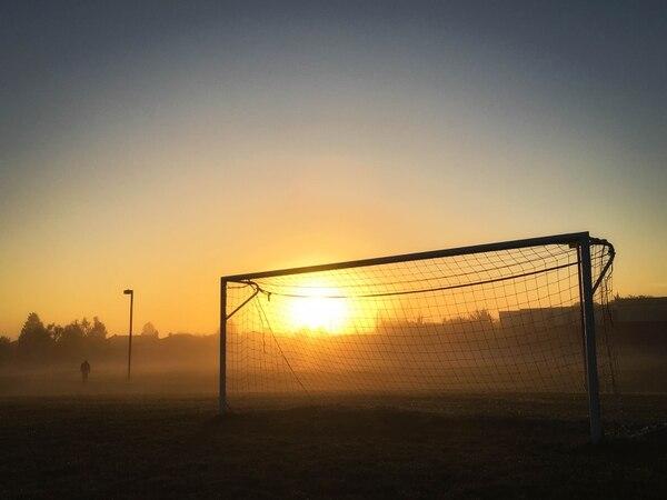 Una cancha de fútbol al atardecer. Foto: pexels.com